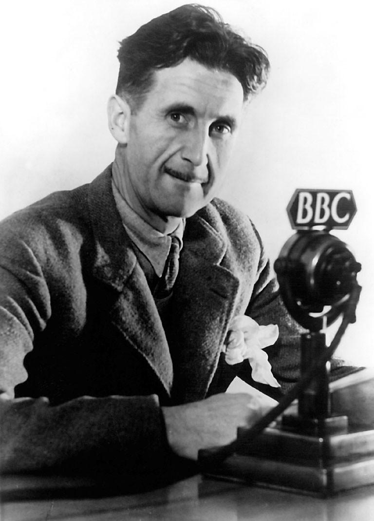 Geroge Orwell na BBC em 1940 (Foto: BBC, via Wikimedia Commons)