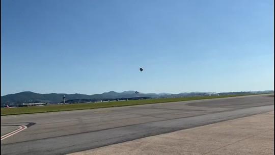 Balão cai na pista auxiliar do Aeroporto de Cumbica, em Guarulhos, São Paulo