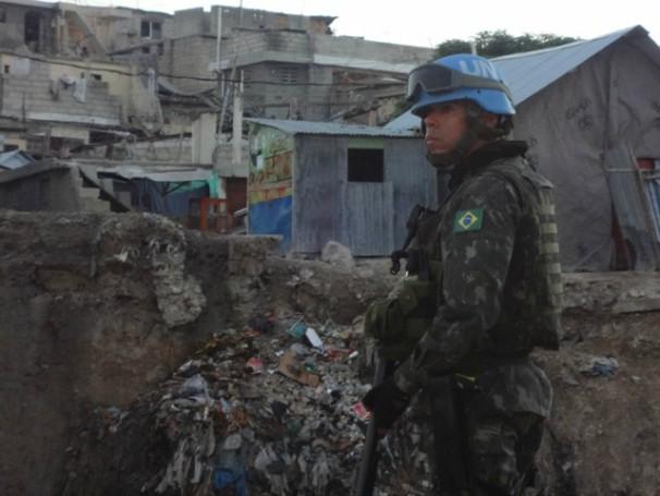 Tenente Vinúicius Murta em ação no Haiti (Foto:Divulgação/Forças Armadas Brasileiras) (Foto: Divulgação/Forças Armadas Brasileiras)