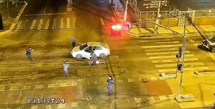 Polícia rastreia carro roubado e apreende adolescente suspeito do crime, em Fortaleza