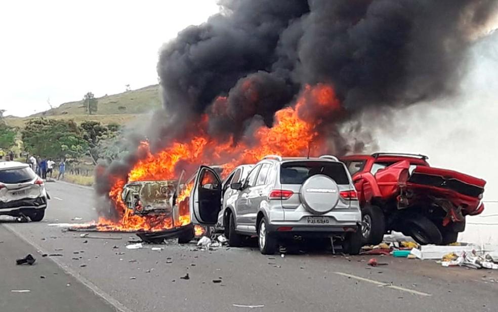 Nove veículos se envolvem em acidente na região de Itoróró, no sul da Bahia — Foto: Keile Araújo/Itororó Já