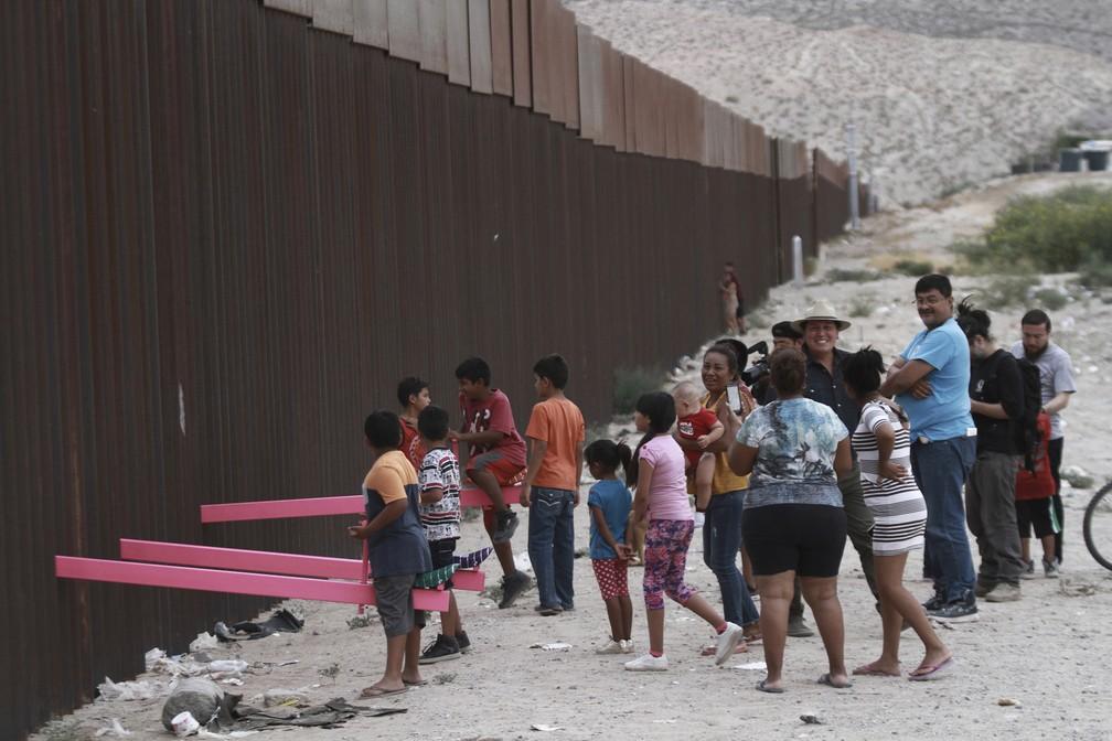 Gangorra rosa montada na fronteira entre Estados Unidos e México na terça-feira (30), vista de Ciudad Juárez. — Foto: Christian Chavez/AP