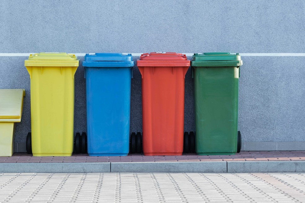 Lixeiras coloridas para coleta seletiva de lixo doméstico — Foto: Unsplash