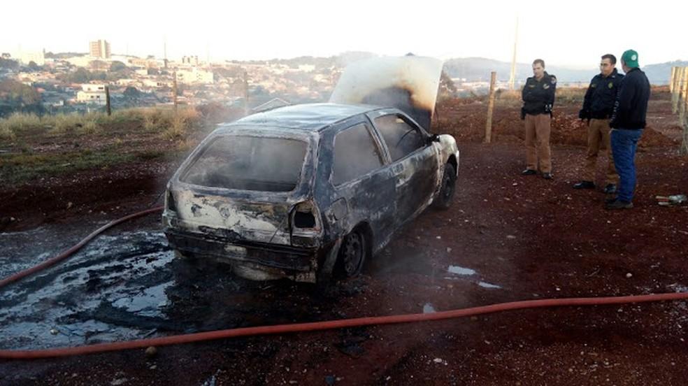 Carro roubado das vítimas foi encontrado queimado na manhã de sábado (26), segundo a PM (Foto: Cesar Minotto)