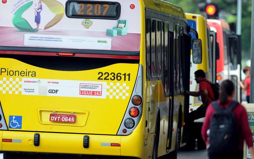 Passageiro embarca em ônibus do BRT Sul no Distrito Federal — Foto: Gabriel Jabur/GDF/Divulgação