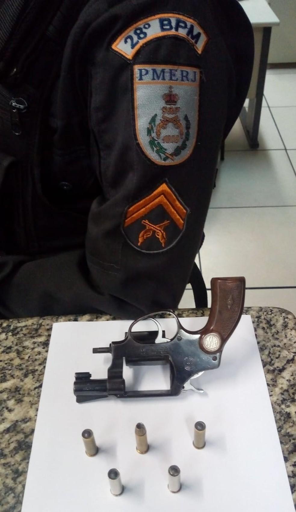 Homem é preso com arma após ameaçar vizinhos em Barra Mansa — Foto: Divulgação/PM