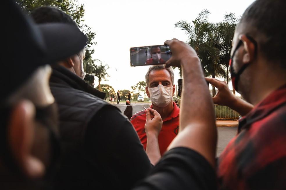 Rodolfo Landim em entrevista na porta do hotel do Flamengo — Foto: Ricardo Ribeiro