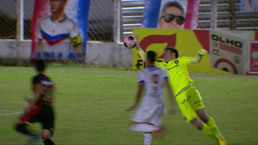 Goleiro do Sport, Luan Polli, sai da área, perde tempo, mete a mão na bola e é expulso — Foto: Reprodução