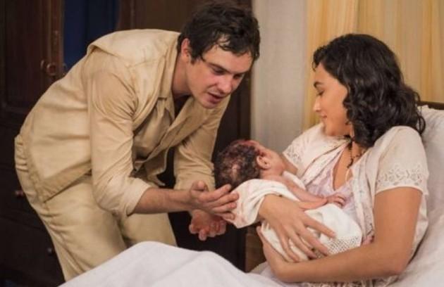A trama teve vários partos. Candinho (Sergio Guizé) nasceu no primeiro capítulo. Depois vieram os bebês de Dita (Jeniffer Nascimento) e Quincas (Miguel Rômulo), de Maria (Bianca Bin) e Celso (Rainer Cadete) e de Candinho e Filó (Débora Nascimento) (Foto: TV Globo)