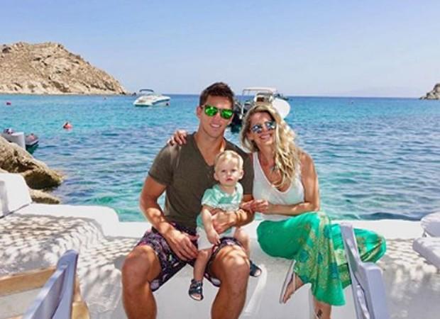 Karina Bacchi com o marido e o filho na Grécia (Foto: Reprodução/Instagram)