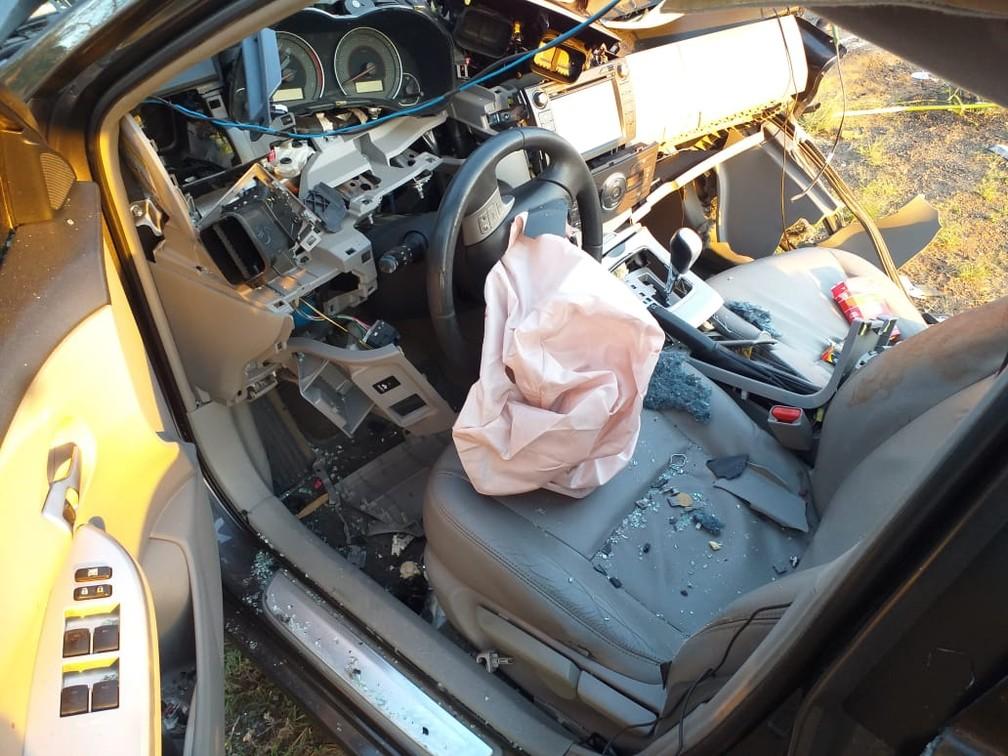 Apenas parte do motorista ficou inteira em acidente na MG-179 em Alfenas (MG) — Foto: Corpo de Bombeiros