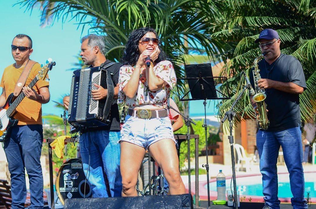 Cantora de forró sofre acidente após realizar live em prol de membros da banda no Ceará