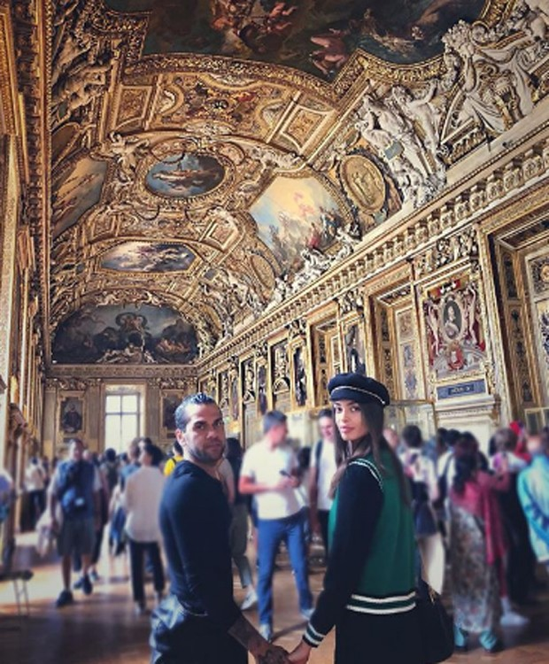 Daniel Alves e Joana Sanz visitam o Museu do Louvre (Foto: Reprodução/Instagram)