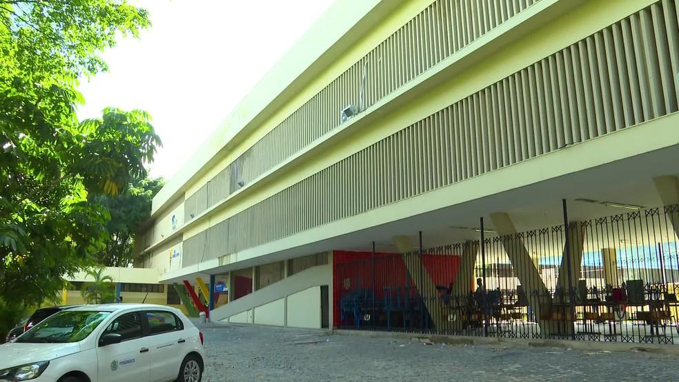 Escola Estadual Sizenando Silveira, em Santo Amaro, na área central do Recife, fechou durante a pandemia  — Foto: Reprodução/TV Globo