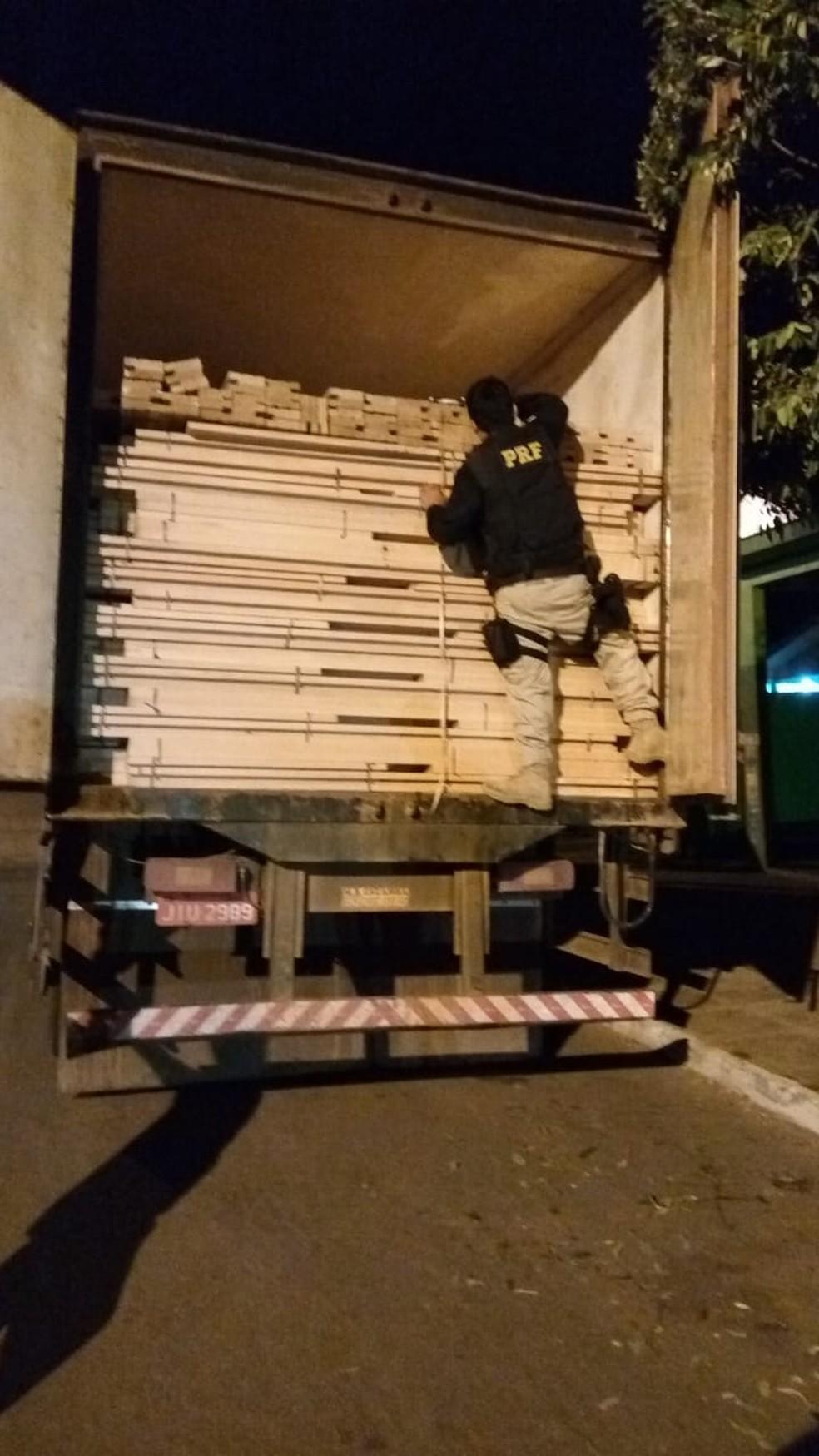 Carga de madeira saiu do Pará e iria para Paraná e Goiás (Foto: Polícia Rodoviária Federal de Mato Grosso/Assessoria)