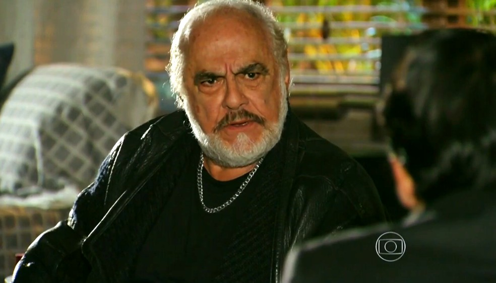 Arruda (Jonas Mello) garante a Hélio (Raphael Vianna) que vai conseguir matar Samuel (Juca de Oliveira) - 'Flor do Caribe' — Foto: Globo