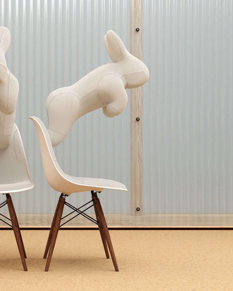 Artista britânico cria diferentes esculturas com cadeiras Eames (Foto: Divulgação)