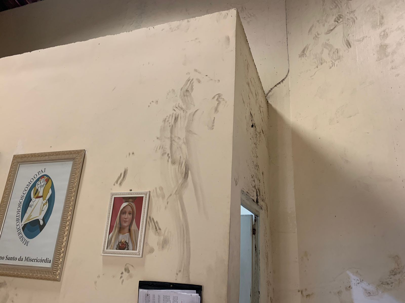 Criminoso destelha paróquia, invade templo e furta ventilador e refletor no Bairro Antônio Bezerra, em Fortaleza