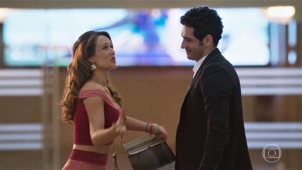 Beto (João Baldasserini) leva Tancinha (Mariana Ximenes) para o primeiro dia na escola de balé - 'Haja Coração' — Foto: Globo