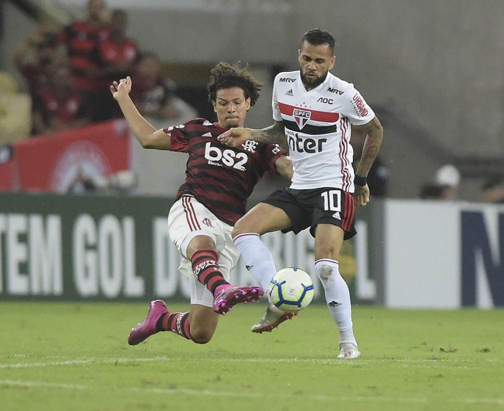 Willian Arão e Daniel Alves durante partida deste sábado — Foto: André Durão