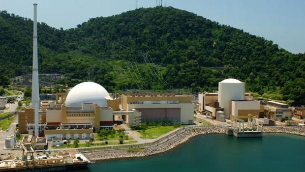 Usinas Angra 2 (à esquerda) e Angra 1 (à direita); os reatores, onde a energia nuclear é gerada, ficam dentro das estruturas brancas (Foto: Divulgação/Eletronuclear)