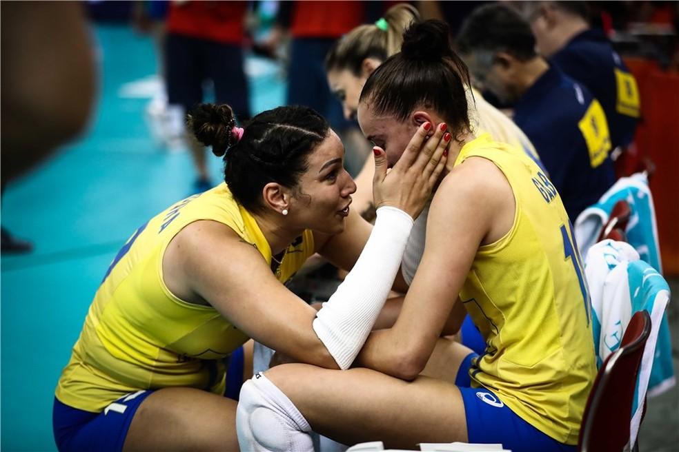 Tandara e Gabi após queda no Mundial de vôlei — Foto: Divulgação/FIVB