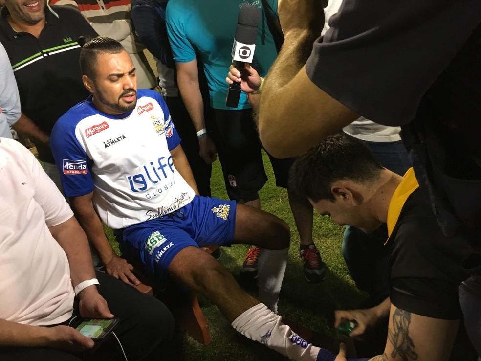 Tirullipa quebrou o tornozelo durante partida beneficente em Sorocaba (Foto: Ana Paula Yabiku/G1)