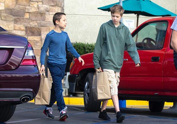 Shiloh e Knox Jolie-Pitt são fotografados em passeio na ...