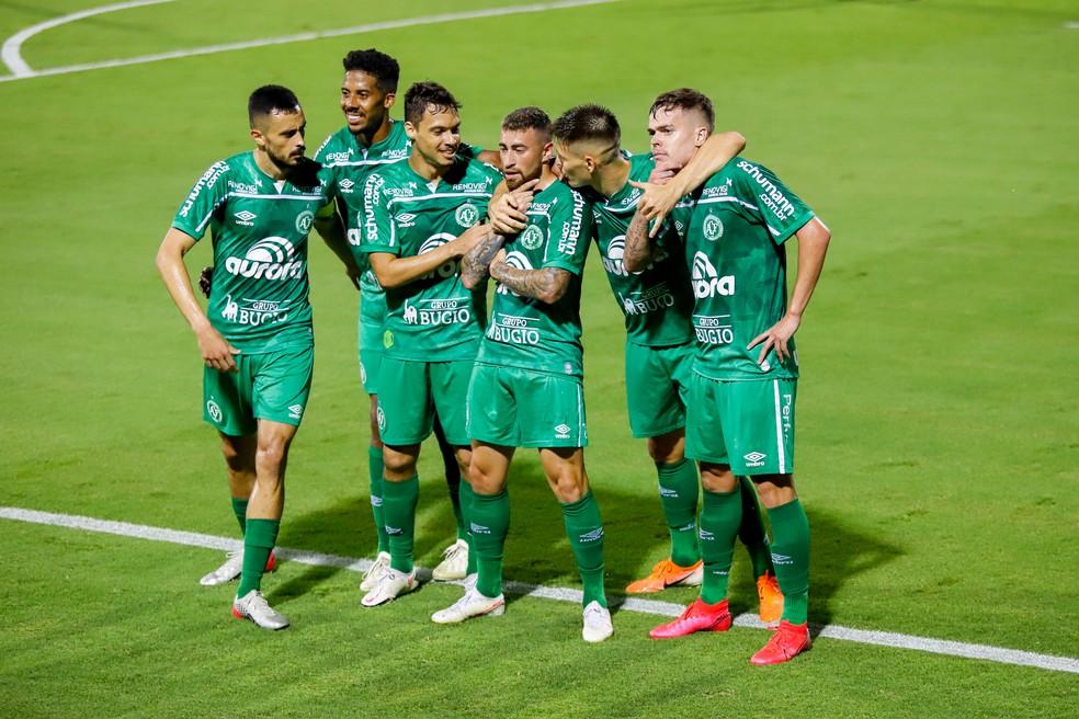Jogadores da Chapecoense comemoram gol sobre o Figueirense em jogo que rendeu acesso — Foto: DINHO ZANOTTO/AGIF