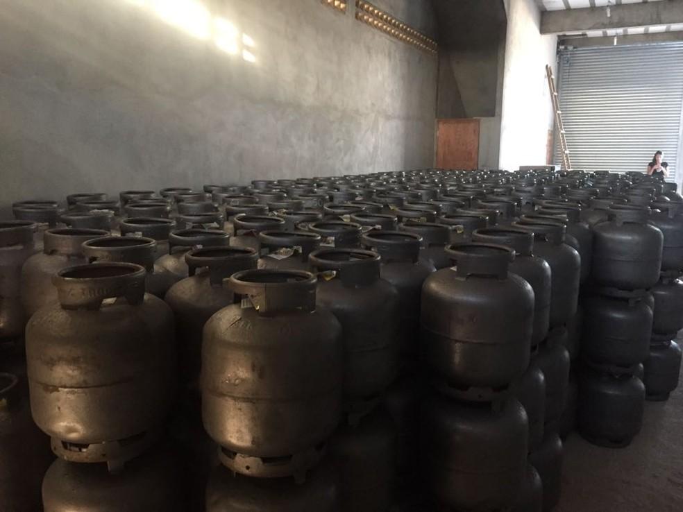 Os 650 bujões de gás foram recuperados no Agreste de Pernambuco (Foto: Polícia Militar/Divulgação)