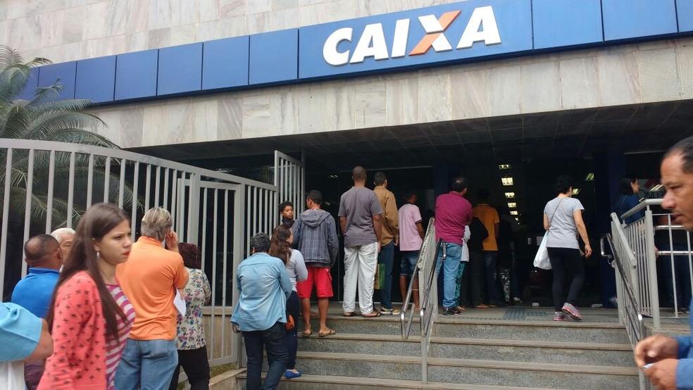 Caixa Econômica é a gestora do FGTS; entre março e abril, população fez fila para sacar recursos dos fundos (Foto: Juliana Peixoto/G1)