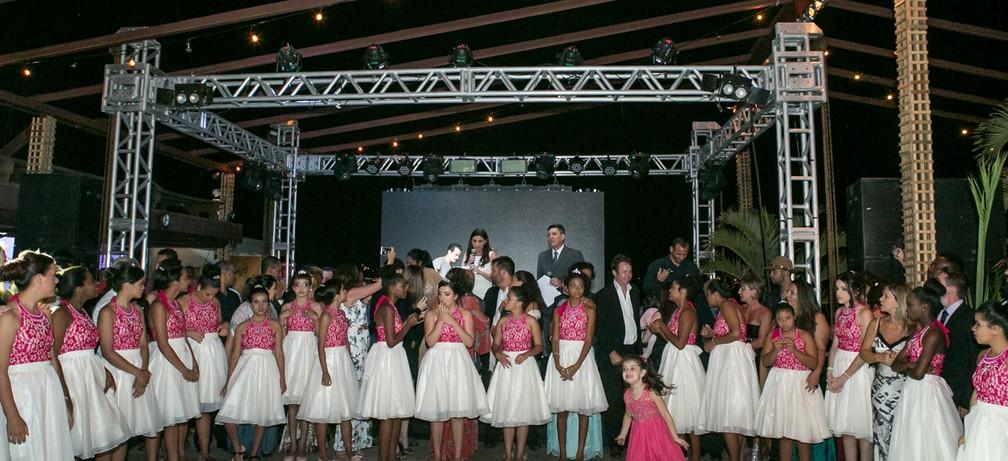 Festa do Projeto Fadas Madrinhas foi realizado no Iate Clube de Búzios; Ao fundo o jornalista Rildo Herrera e a cerimonialista Raquel Abdu conduziram o evento (Foto: Alexandre Rechtman/Projeto Fadas Madrinhas)