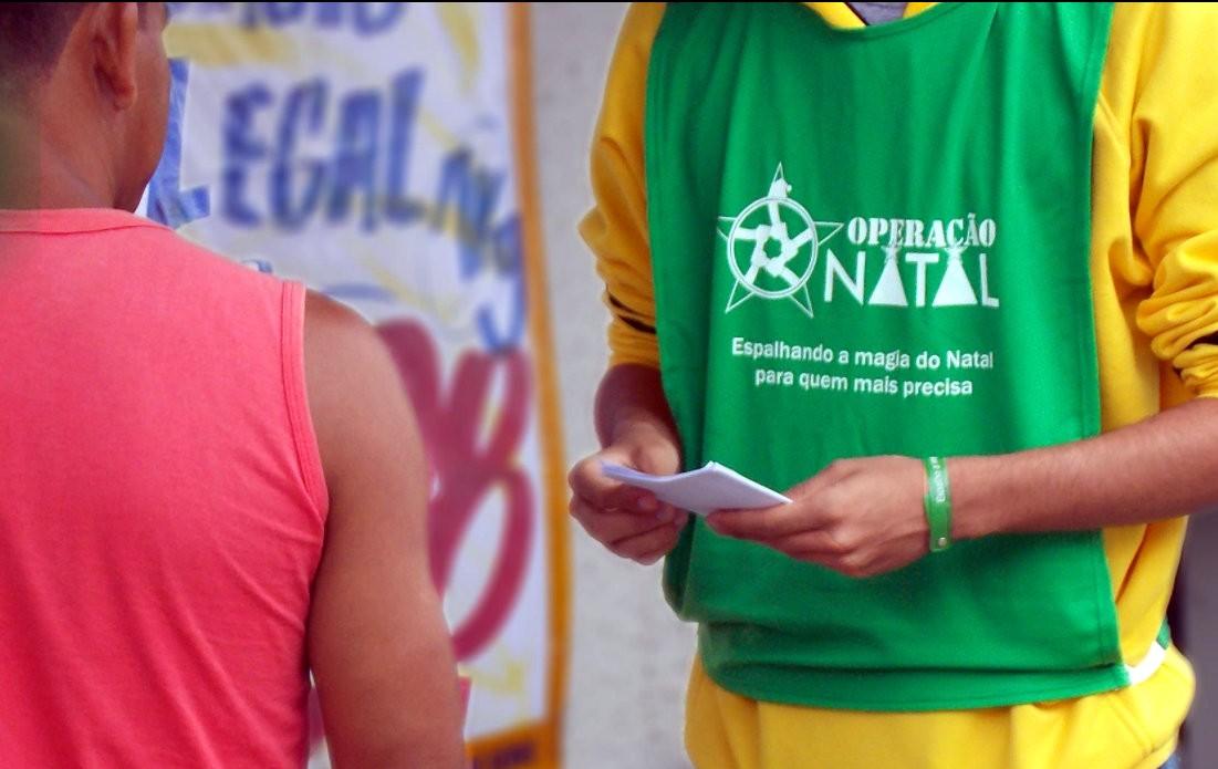 Universitários de São Carlos fazem drive-thru para arrecadar alimentos e produtos de higiene