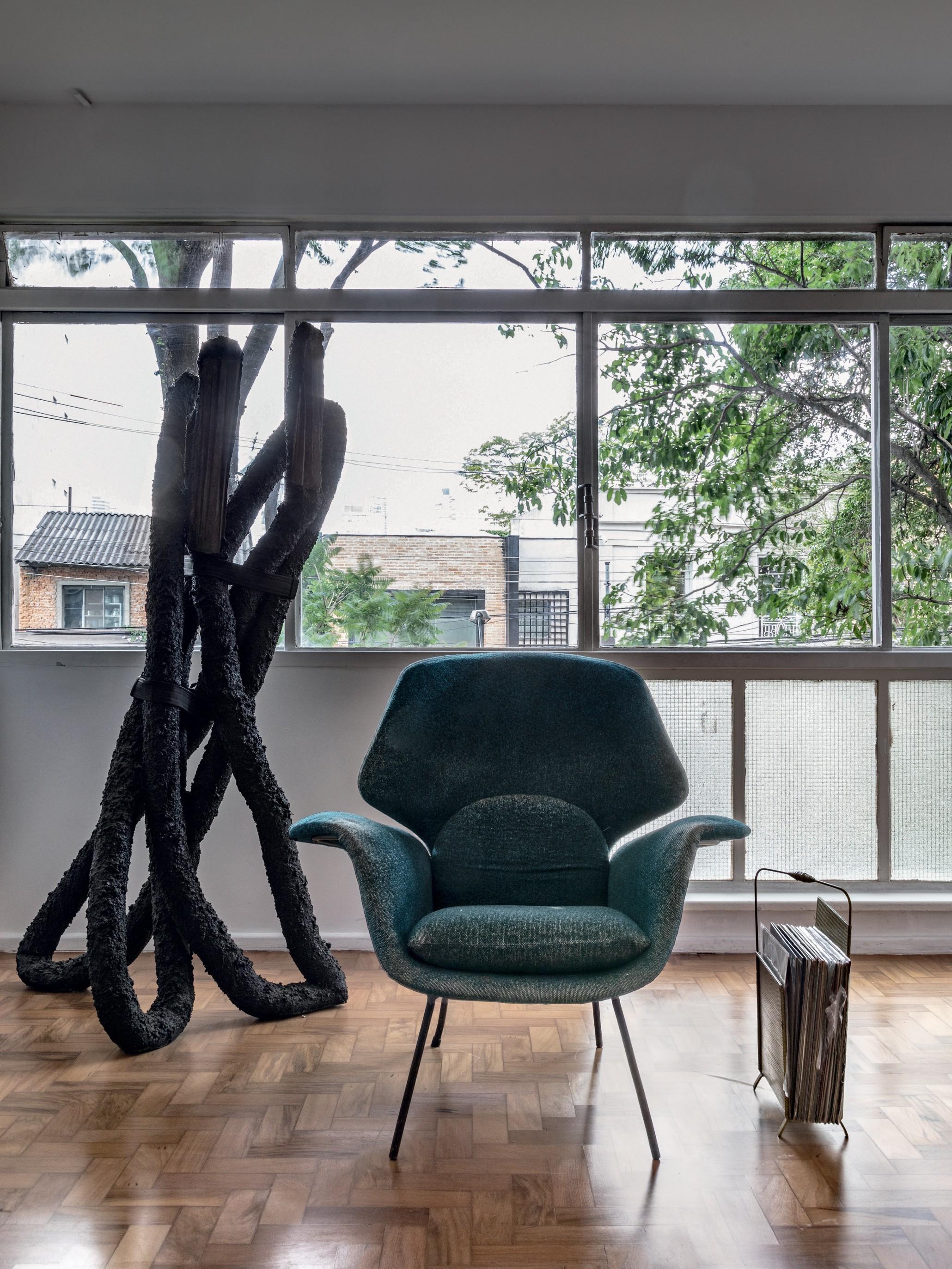 Apartamento minimalista em São Paulo destaca arte e móveis raros