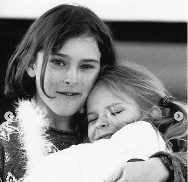 Rumer Willis com a irmã Tallulah quando crianças, duas das três filhas de Bruce Willis com Demi Moore (Foto: Instagram)