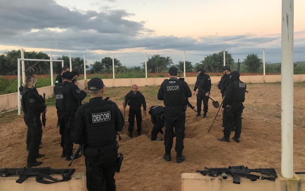 Vereador tinha galpão subterrâneo escondido embaixo de um campo de futebol em sua granja — Foto: Divulgação