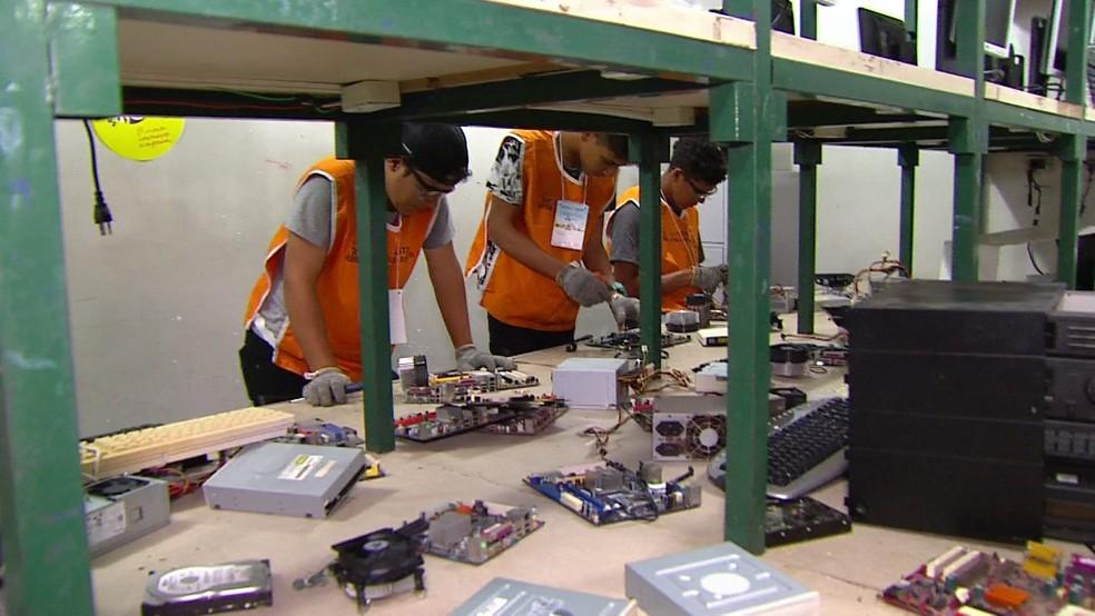 Uma das oportundiades é o curso de recondicionamento de eletrônicos  (Foto: Reprodução/TV Globo)
