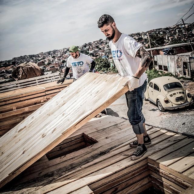 Empresas Ativistas - A Gerdau encontrou na ONG Teto uma parceira com encaixe perfeito. Além de a siderúrgica doar material metálico para a construção de moradias, seus funcionários participam regularmente dos mutirões (Foto: Anna Carolina Negri)