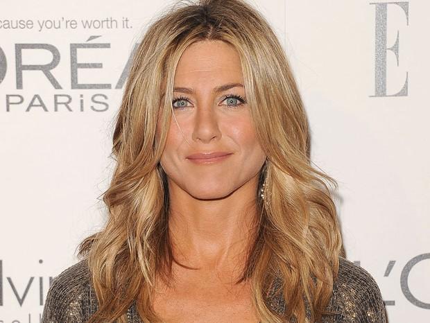 Loiro bege dourado – Nós sempre adoramos quando Jennifer Aniston se mantém fiel à base castanha iluminada com reflexos dourados (Foto: Getty Images)