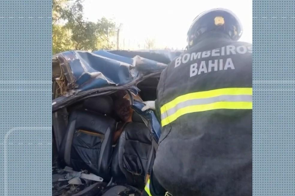 Acidente entre carro e caminhão mata três pessoas na BA-210; duas são da mesma família — Foto: Reprodução/TV Bahia
