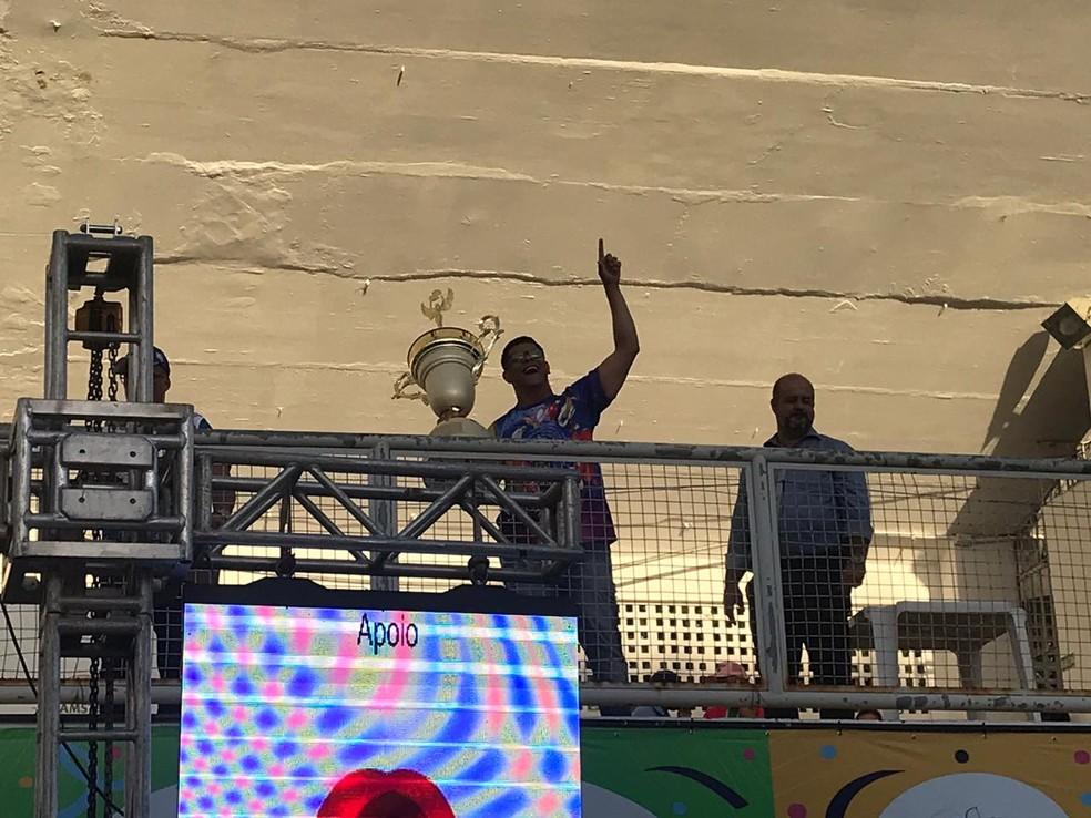 Emerson Xumbrega com o troféu de campeã do carnaval de Vitória 2020 — Foto: Richard Pinheiro/Globoesporte.com