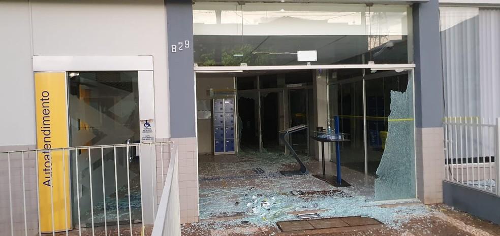 Agência bancária ficou parcialmente destruída após o furto, em Bela Vista do Paraíso  — Foto: Alberto D'angele/RPC