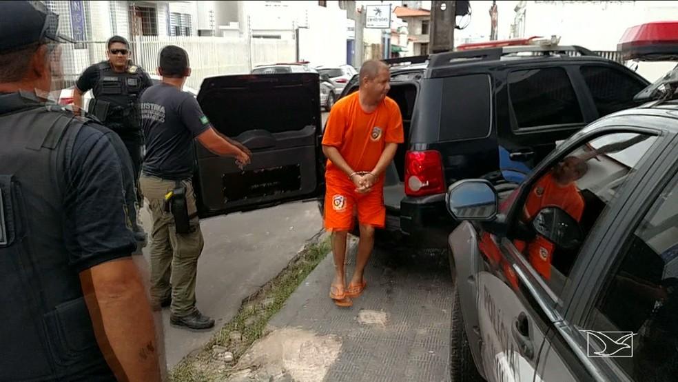 Manoel Mariano Júnior, suspeito de planejar o assassinato do pai, chegou algemado a sede da SEIC em São Luís. (Foto: Reprodução/TV Mirante)
