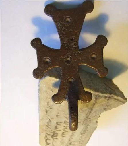 Pingente de cruz e caco de cerâmica com escrita árabe antiga (Foto: Hecht Museum/ Reprodução)
