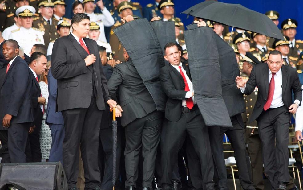 -  Seguranças cercam o presidente da Venezuela, Nicolas Maduro, durante um incidente em Caracas  Foto: Xinhua / via AP Photo