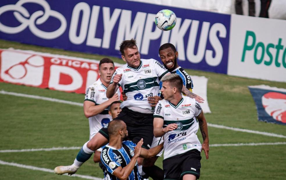 Paulo Miranda disputa no alto com Nathan, do Coritiba — Foto: Matheus Meneses/NeoPhoto