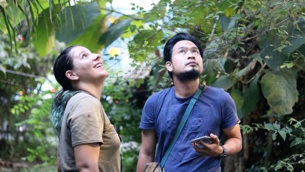 Priscillia Miard e o estudante de zoologia Fizri Zubir observam colugos no The Andaman Resort — Foto: Thomas Bird/BBC