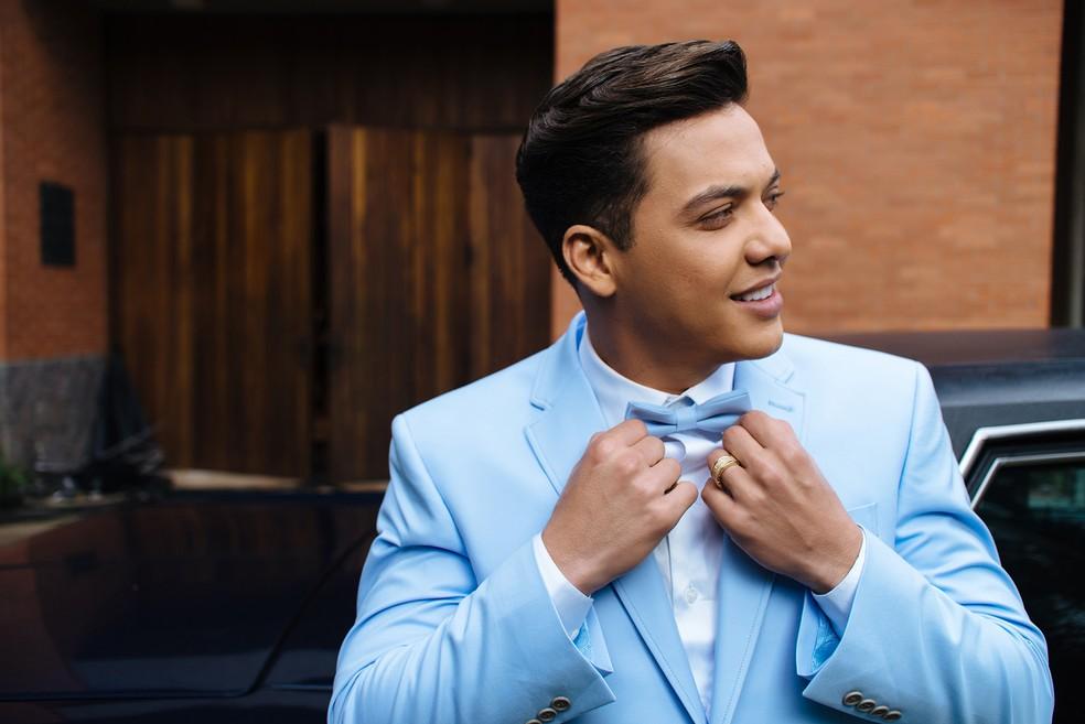 Safadão arrasou com um terno azul claro (Foto: Rodolfo Magalhães)