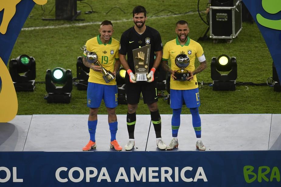 Daniel Alves é eleito craque da Copa América; Alisson e Everton também ganham prêmios