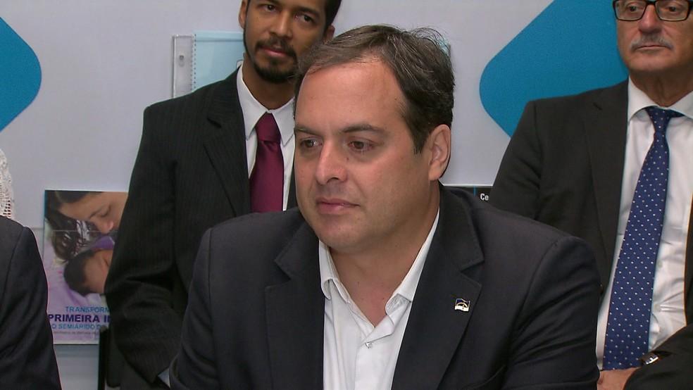 Paulo Câmara assinou documento de responsabilidade com a primeira infância na sede da Unicef, no Recife (Foto: Reprodução/TV Globo)